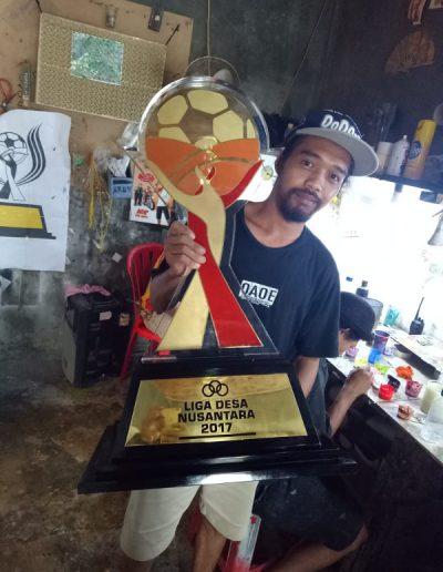 03. Foto Tropi piala Liga Desa Nusantara Jo Souvenir