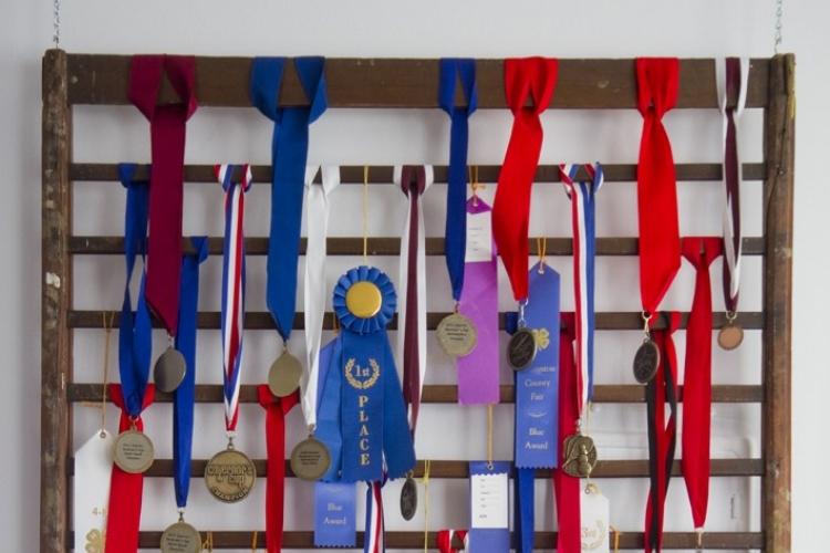 Souvenir Jogja Menyusun Medali